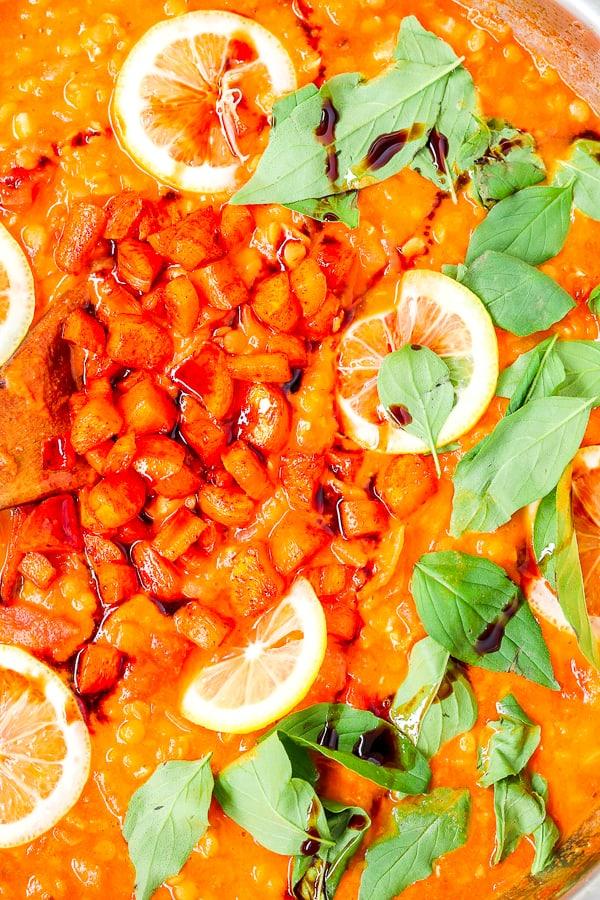 Ajout du citron et du basilic dans la recette saine de tomates aux lentilles