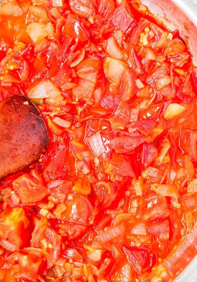 Cuisson des lentilles; tomates ajoutées aux oignons