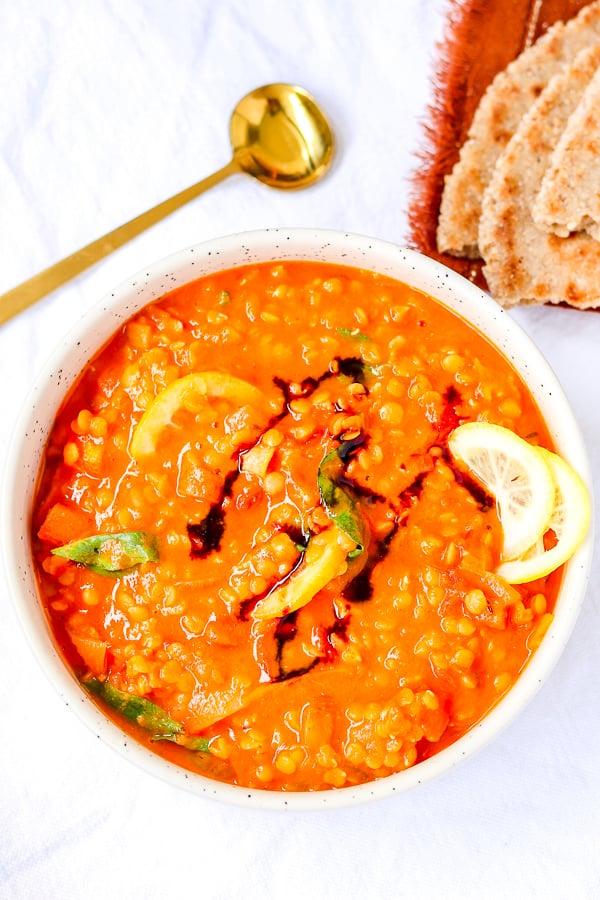 recette saine de tomates aux lentilles servies dans un bol