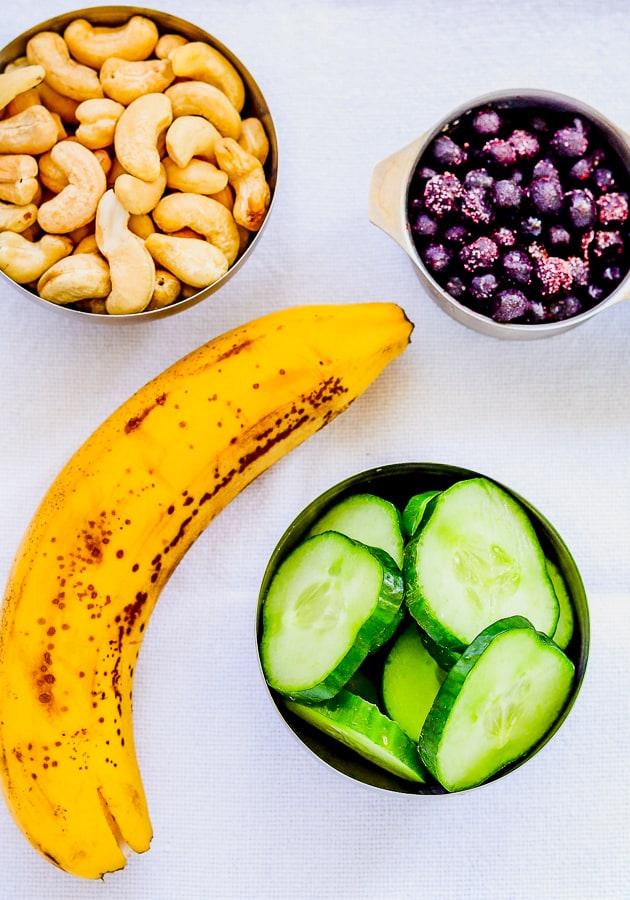 les ingrédients de smoothie aux myrtille et concombre