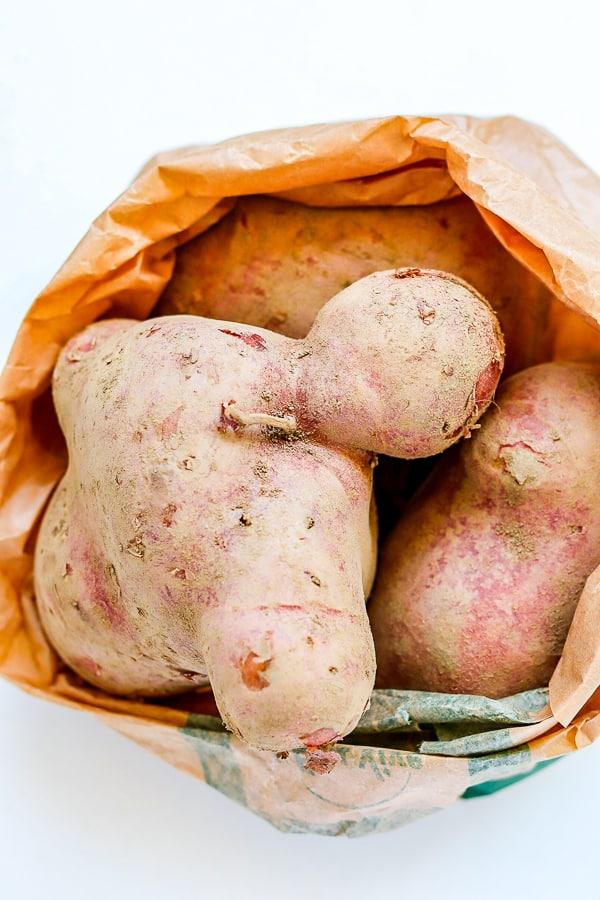 pommes de terre rouges dans un sac à provisions