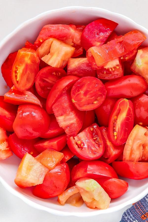 Tomates en dés dans un bol blanc