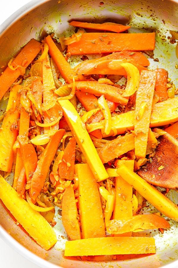 butternut & carottes cuissant dans les oignons et les épices