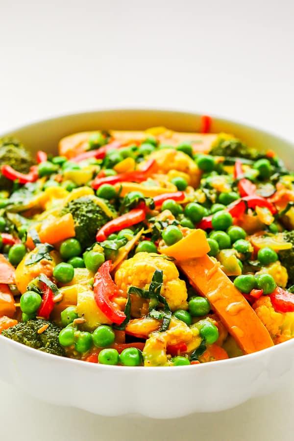 sauté de légumes sains au curry dans un bol blanc