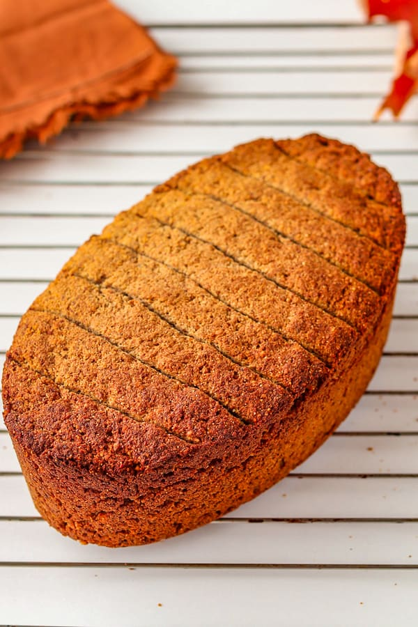 pain maison sans gluten sur une grille