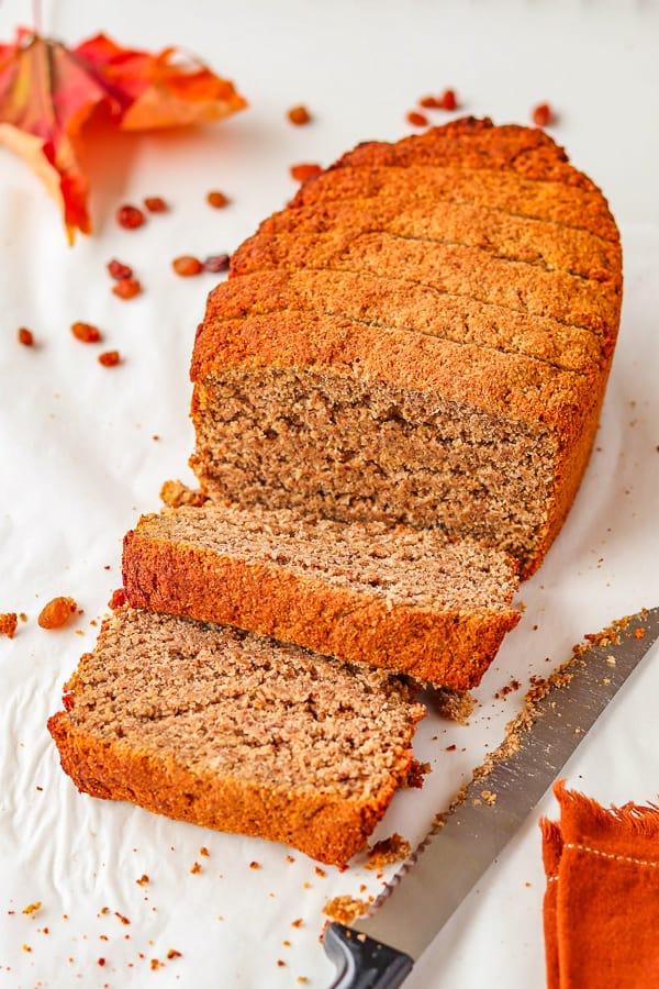 pain maison sans gluten tranché et un couteau