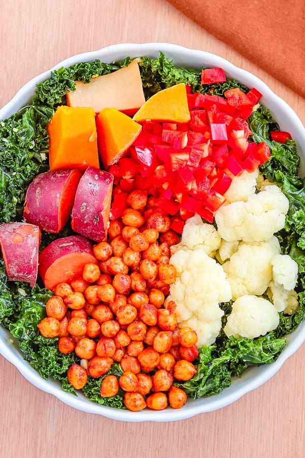 un bol de chou kale et légumes