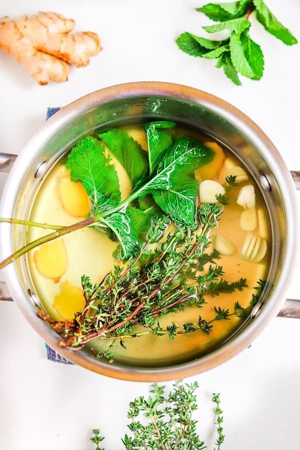 préparation du thé au thym