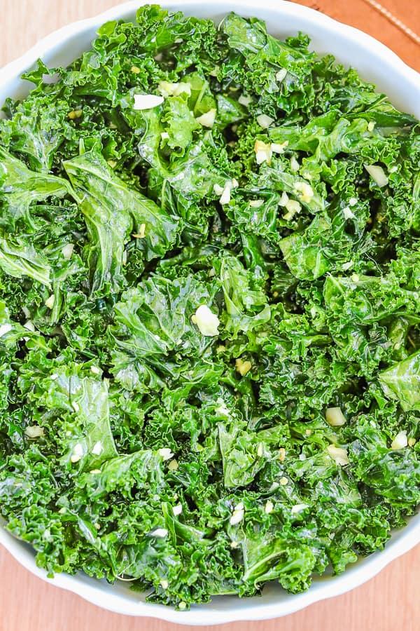 chou kale mariné avec de l'ail