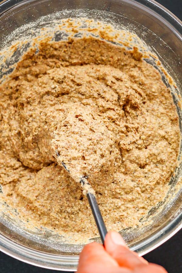 mélanger la pâte pour du pain maison sans gluten