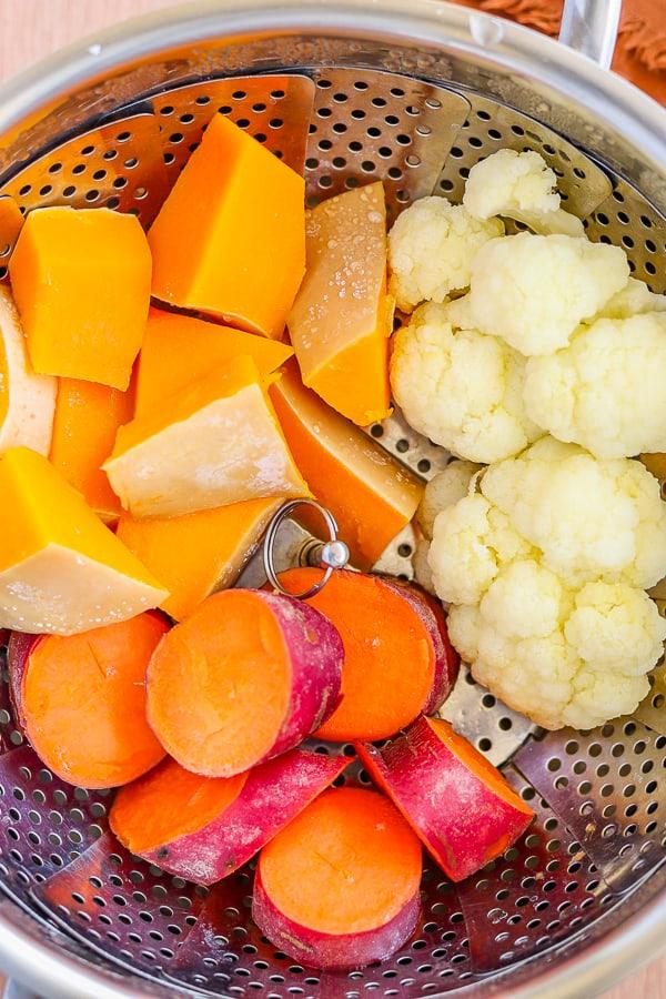 légumes cuits à la vapeur pour la recette de bol de kale