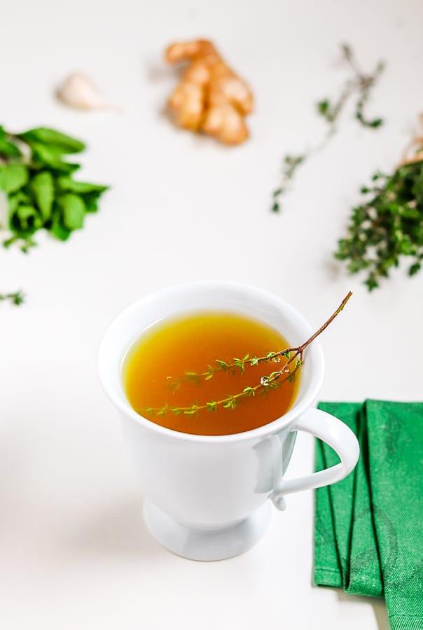thé au thym avec une brin