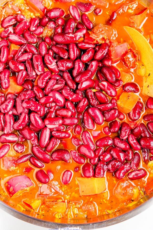 ajouter les haricots rouges dans le ragoût de patate douce