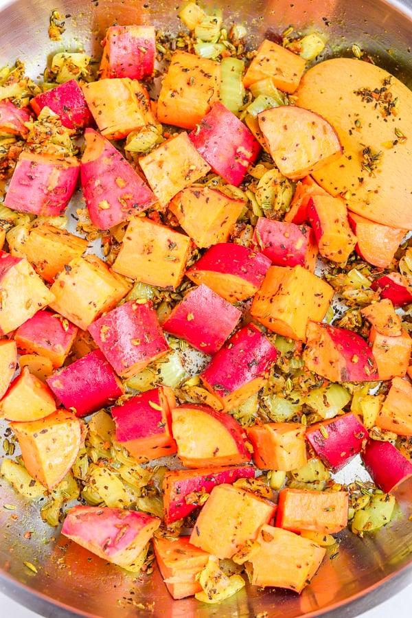 ajouter des patates douces aux oignons à cuire
