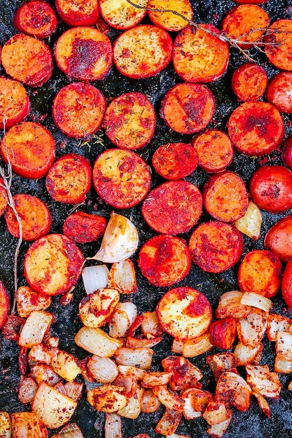 pommes de terre rôti au paprika avec oignons et thym