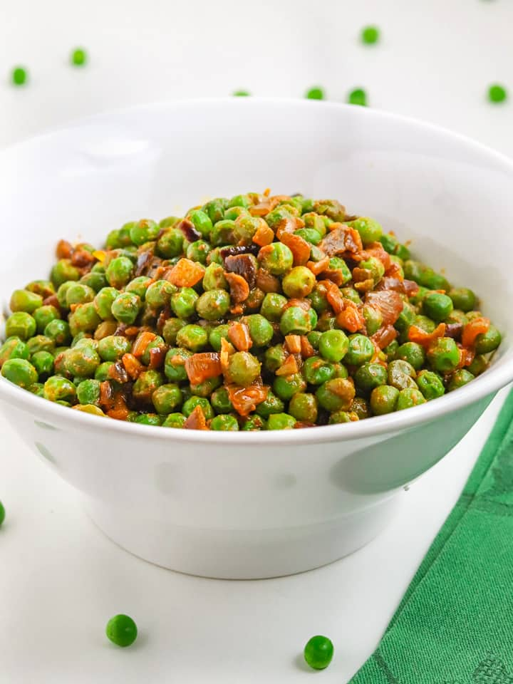 Frozen green peas with nutritional yeast