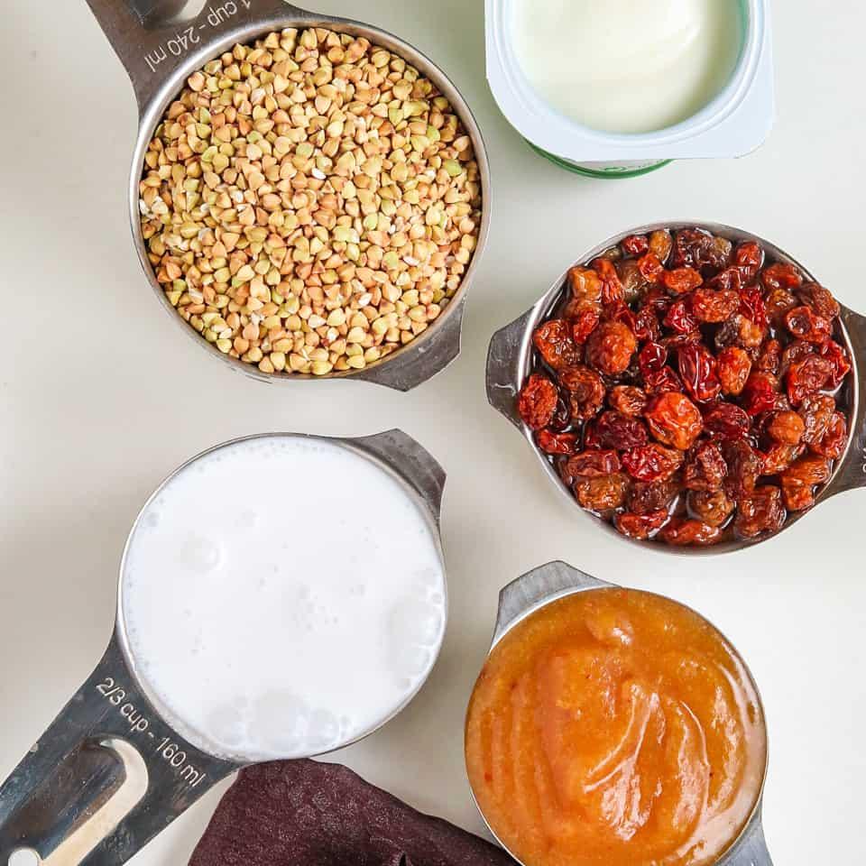 Ingrédients pour les pancakes au sarrasin avec la compote de pommes maison