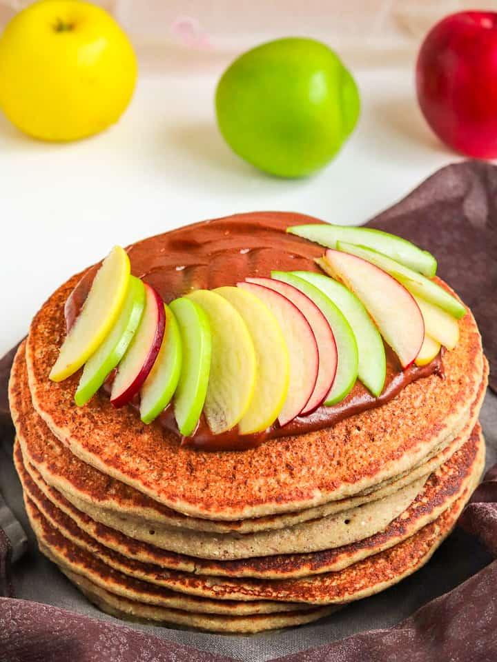 Pancakes de sarrasin avec compote de pommes maison avec des tranches de pommes