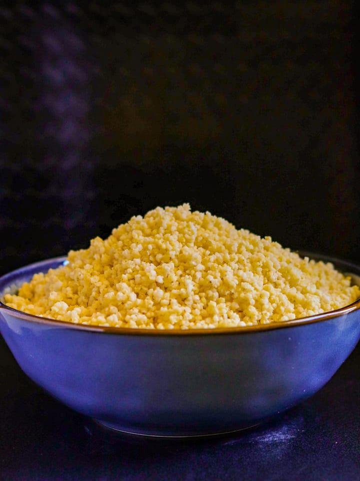 millet cuit servi dans un bol bleu