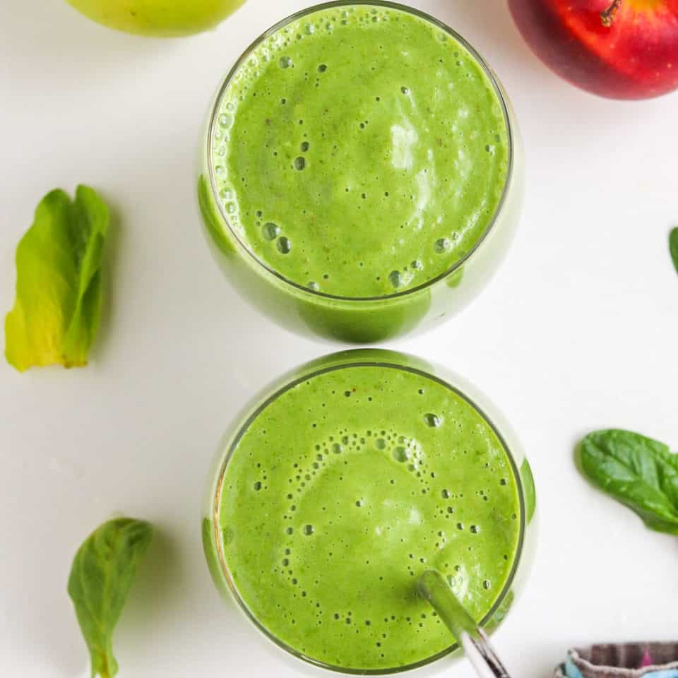 green smoothie with spinach and red apple