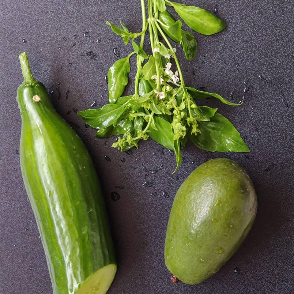 ingrédients pour la salade d'avocat et concombre