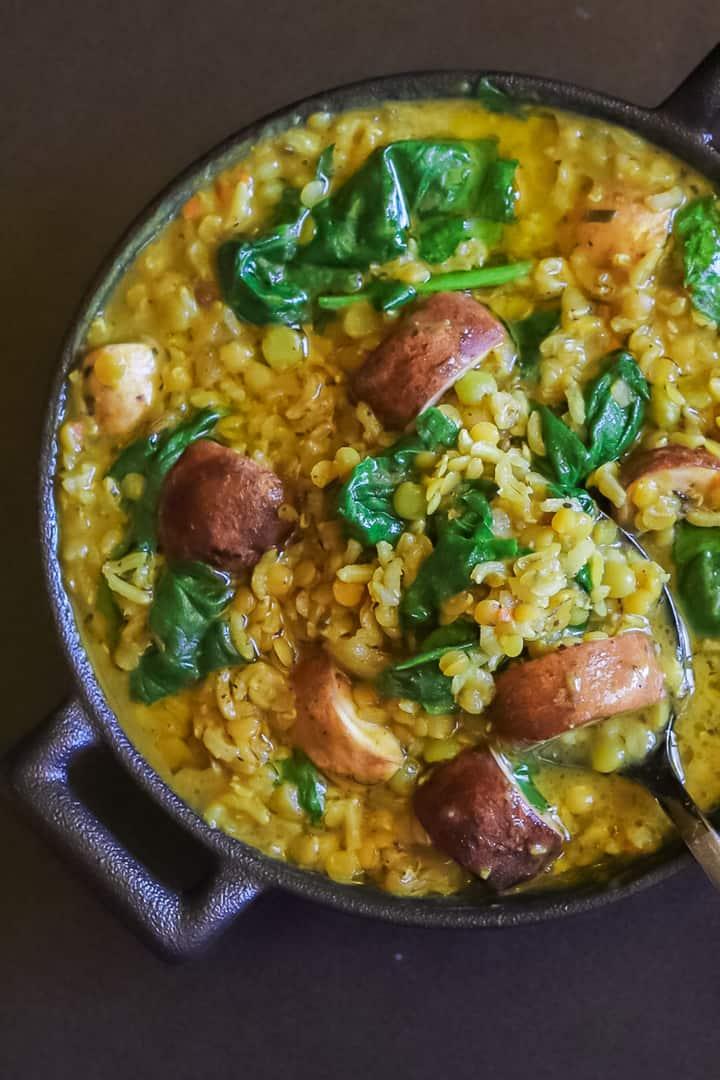 Lentilles au curry aux pois cassés, champignons et épinards