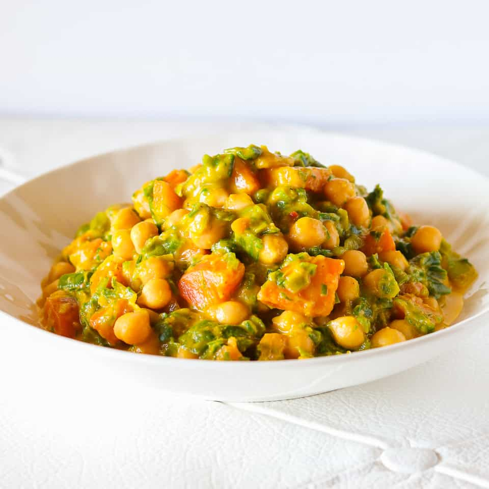 Simple chickpea stew with carrots with leeks