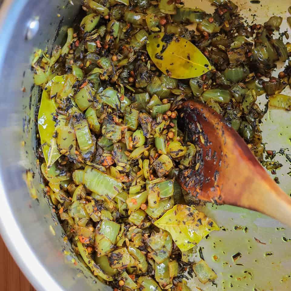 oignons et herbes dans une casserole