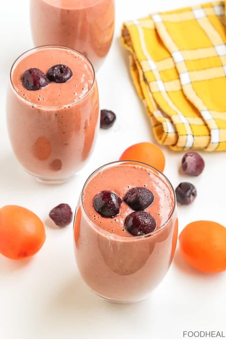 Smoothie végétalien riche en protéines avec abricots servis dans 3 verres