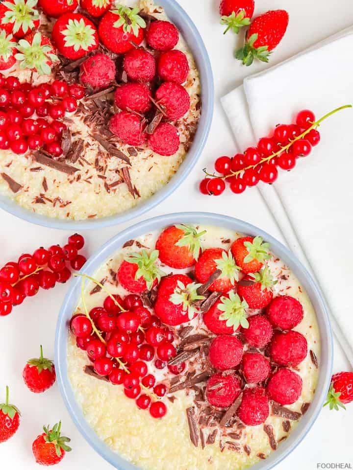 Petit déjeuner au quinoa avec fruits rouges et chocolat