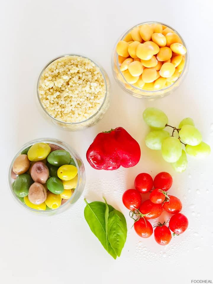 olive,tomates, raisins, quinoa, haricots lupini, poivron et feuilles de basilic