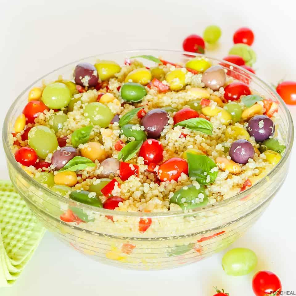 Un bol de salade méditerranéenne de quinoa aux olives