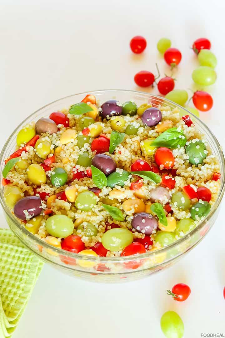 Salade méditerranéenne de quinoa et d'olives dans un grand bol