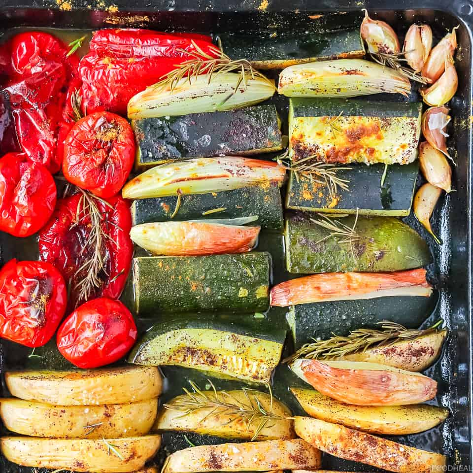 Légumes épicés rôtis juteux dans une plaque à pâtisserie