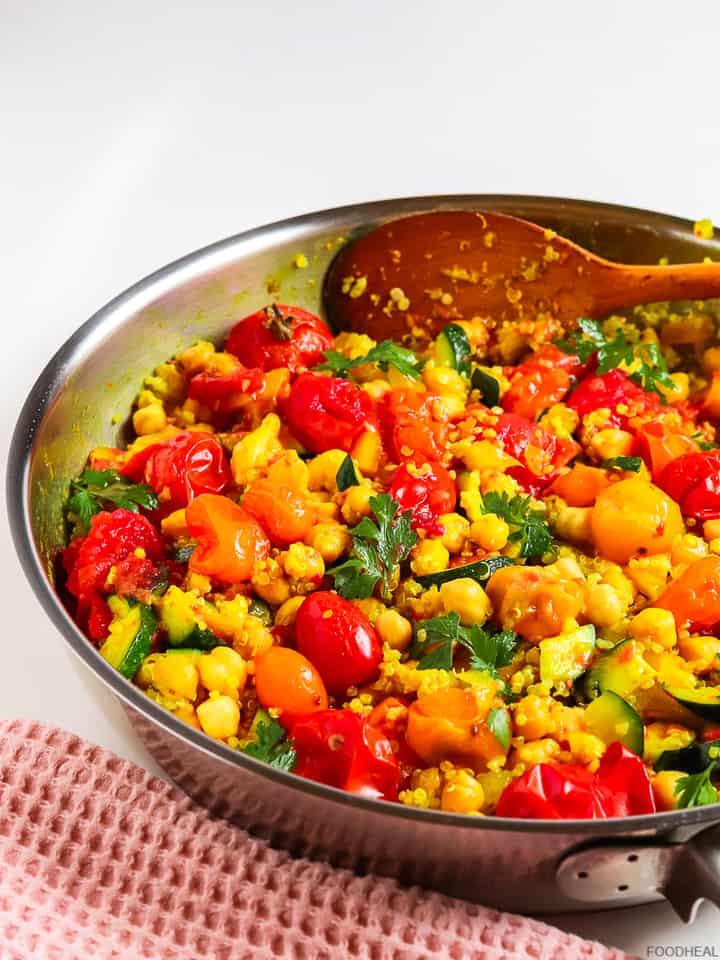 dîner de quinoa végétalien avec pois chiches et tomates