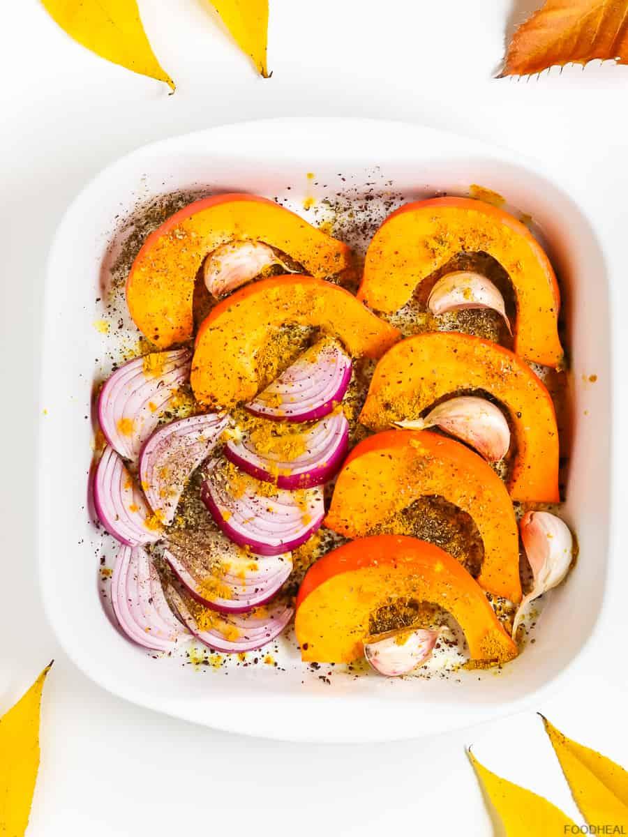 Prêt à cuire en tranches de citrouille, oignon rouge et ail dans les épices