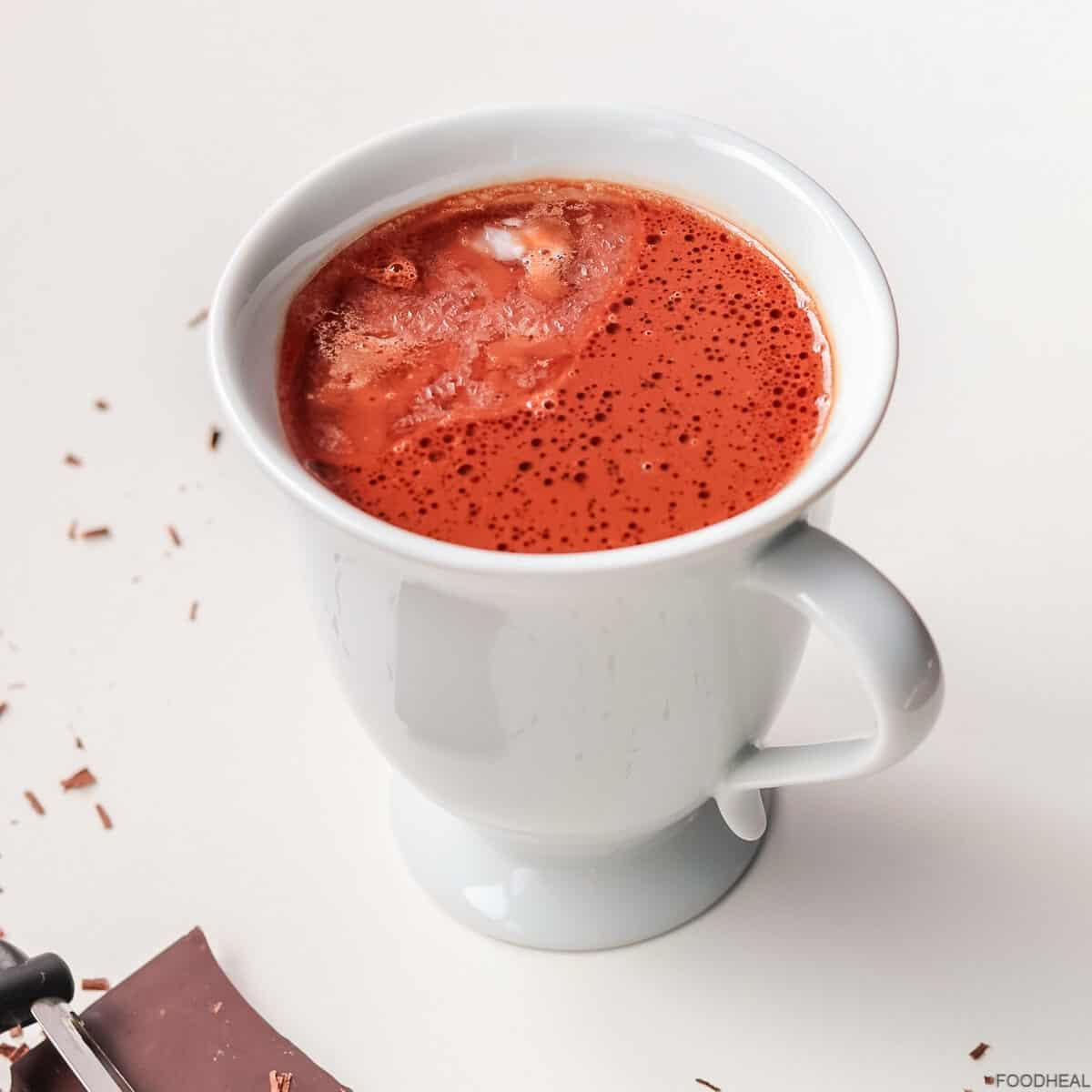 Une tasse de chocolat chaud avec le chocolat noir et l'huile de noix de coco